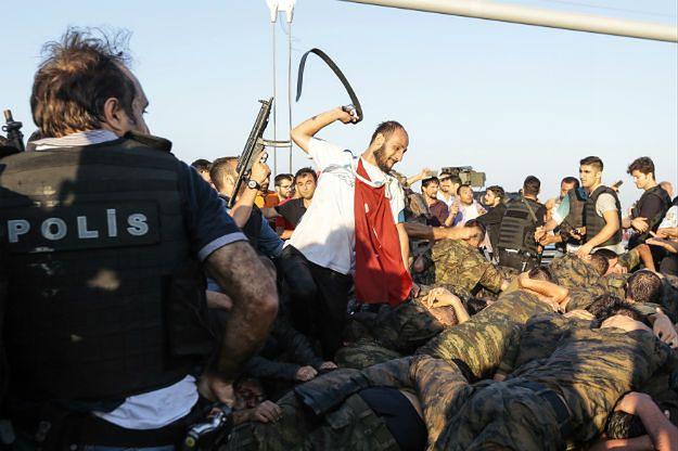 Quo vadis, Turcjo? Miesiąc po próbie puczu przez kraj wciąż przetacza się fala represji