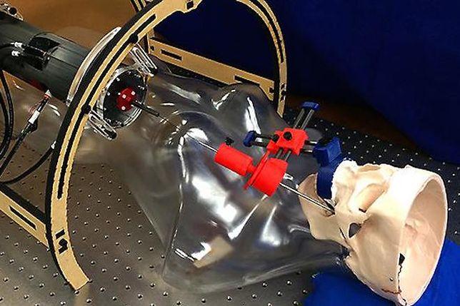 Nowy robot medyczny dostanie się do naszych mózgów przez... policzek