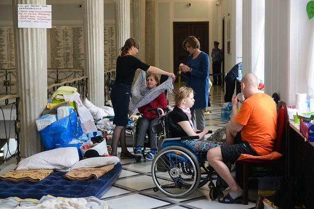 Protest niepełnosprawnych i ich rodziców w Sejmie trwa już 31 dni