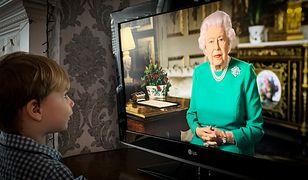 Królowa Elżbieta II przyciągnęła przed ekrany tłumy obywateli