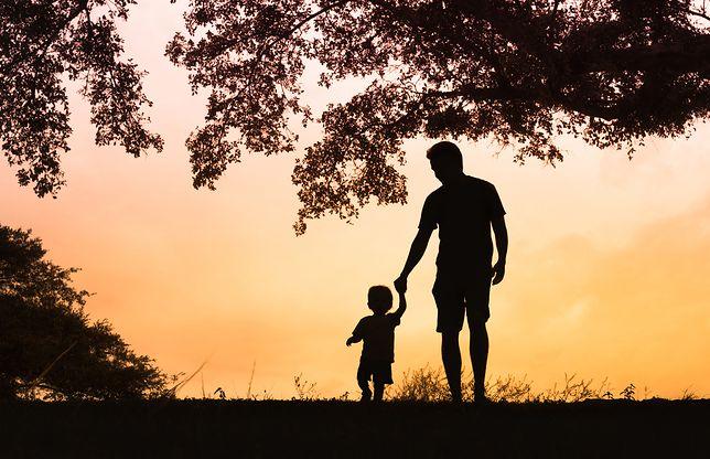 Sondaż. Czy Polacy popierają adopcję dzieci przez gejów?