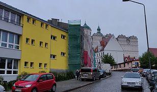 Żółta fasada wyraźnie odcina się na tle pozostałych budynków na zabytkowym Starym Mieście