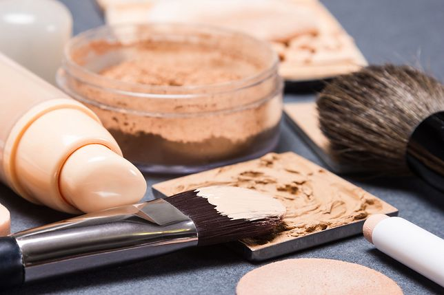 Do wykonania makijażu maskującego niezbędny jest kamuflaż do twarzy