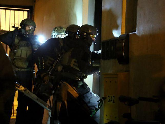 Warszawa. Podczas rozwiązywania tej sprawy policjanci weszli, z pomocą brygad kontrterrorystycznych, do kilku mieszkań w Warszawie i na Pomorzu