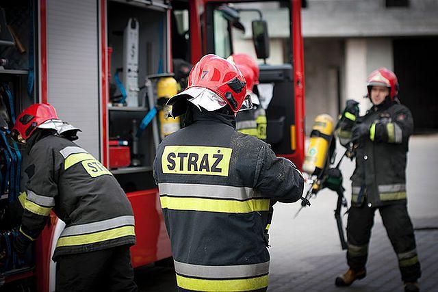 Strażacy doręczają lekarzom wezwania do stawienia się do pracy