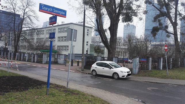 Warszawa. Żłobek powstanie w miejscu, gdzie dziś jest parking pomiędzy szkołą a zbiegiem ul. Szarych Szeregów i Korczaka