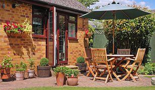 W małym ogrodzie świetnym rozwiązaniem są meble wielofunkcyjne, na przykład siedzisko, które jednocześnie kryje skrzynię do przechowywania narzędzi.
