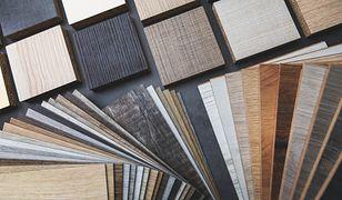Panele drewniane – jak wybrać najlepsze do salonu? 3 porady