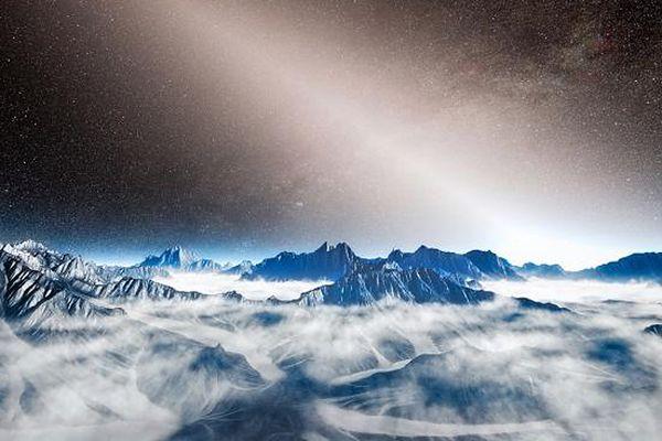 Artystyczna wizja światła zodiakalnego widzianego z powierzchni planety pozasłonecznej