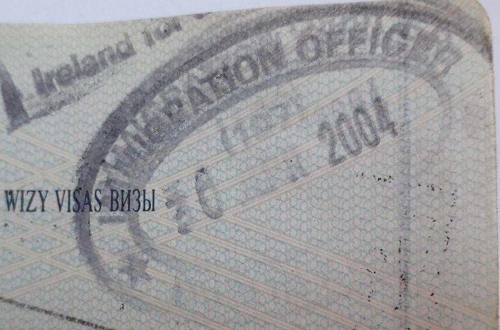 Pieczątka urzędnika imigracyjnego w paszporcie z 30 kwietnia 2004 roku, dzień przed wejściem Polski do UE