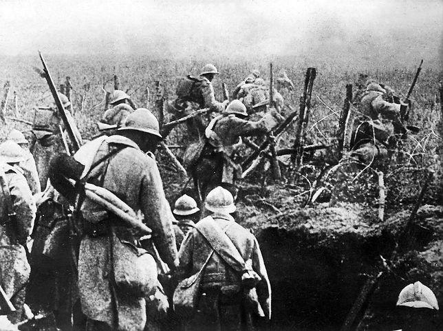 Francuscy żołnierze ruszają do ataku