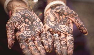 Dzięki prostej instrukcji, jak zrobić tatuaż z henny, można uzyskać piękne i trwałe wzory na dłoniach