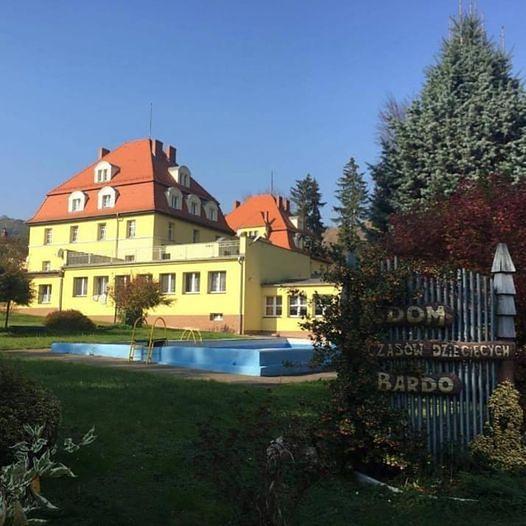 Bardo. Ten dom z sentymentem wspomina wiele dzieci z Dolnego Śląska, z całej Polski, ale też i z innych krajów. Po pandemii miały tu odbywać się turnusy rehabilitacji. Tyle że radni powiatu mają zamiar zlikwidować  ośrodek