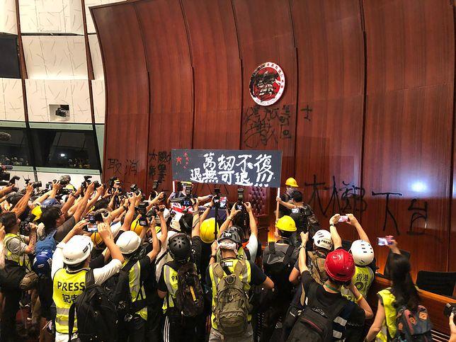 Starcia w Hongkongu. Protestujący wdarli się do budynku parlamentu