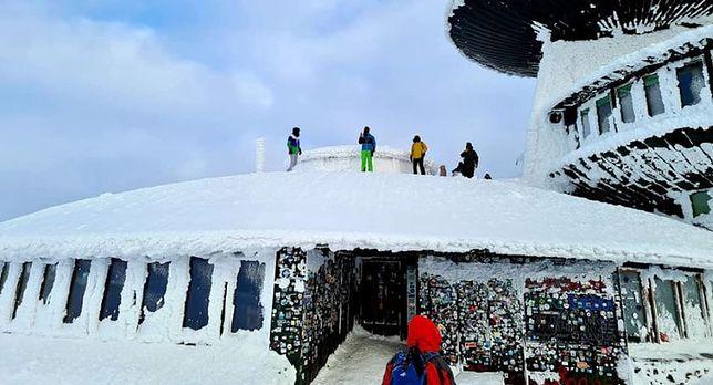 Ferie 2021. GOPR apeluje o rozwagę, turyści nadal swoje. Kilka osób weszło na dach obserwatorium na Śnieżce