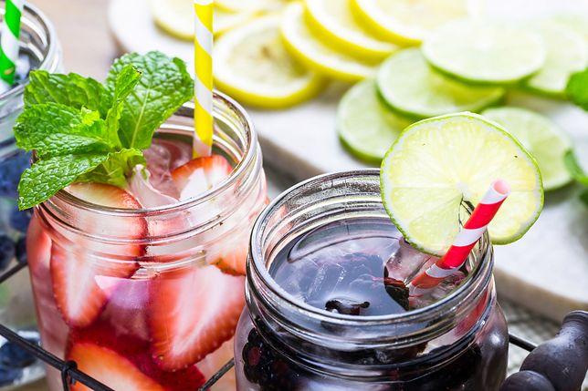 Woda smakowa – kupować czy zrobić w domu?