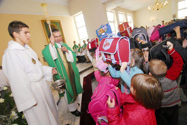 Poświęcenie plecaków i zajęcia odwołane przez mszę. Gęstnieje atmosfera wokół religii w szkołach