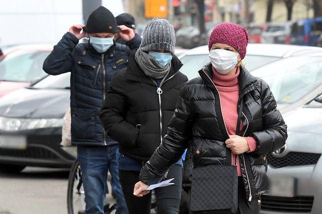 Polakom udzielił się strach przed koronawirusem. Na fot. osoby odwiedzające Wojewódzki Szpital Zakaźny w Warszawie.