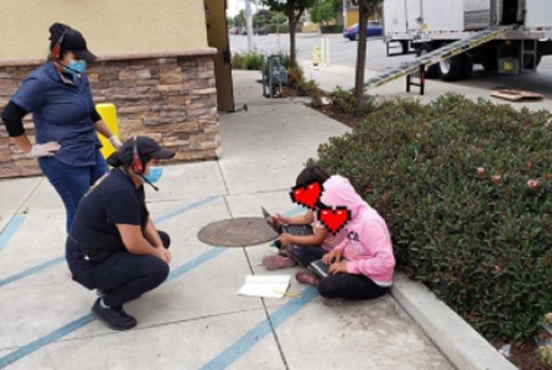 Zdjęcie spod znanego baru niesie się w sieci. Dzieci szukały WiFi, by odrobić lekcje