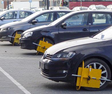 Niejednoznaczne prawo sprawia, że niektórzy przedsiębiorcy zarabiają 100 czy 200 zł za każdy zaparkowany pojazd