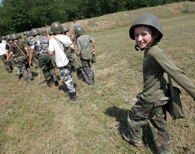 Dzieciaki strzelają z AK-47. Tak się szkoli przyszłych twardzieli?
