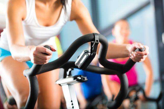 Trening na redukcję tkanki tłuszczowej powinien być różnorodny i regularny.