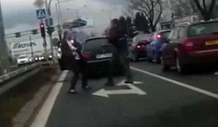 Bijatyka kierowców w al. Krakowskiej [MOCNE WIDEO]