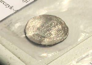 Skarb sprzed 1000 lat odkryty na Kujawach. Archeolodzy wydobyli 250 srebrnych monet