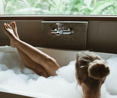Kąpiel z herbaty dla stóp skutecznie odpręży i wspomoże odświeżenie skóry.