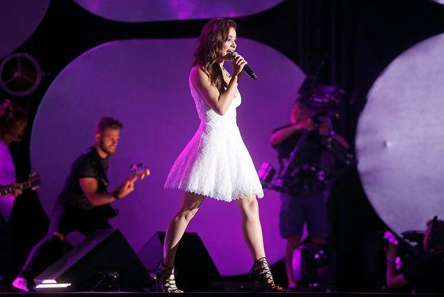 Gwiazda popu eksperymentuje na scenie