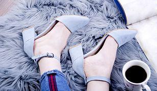 Błękitne, żółte lub różowe buty z zakrytymi palcami to inspiracja na wiosnę