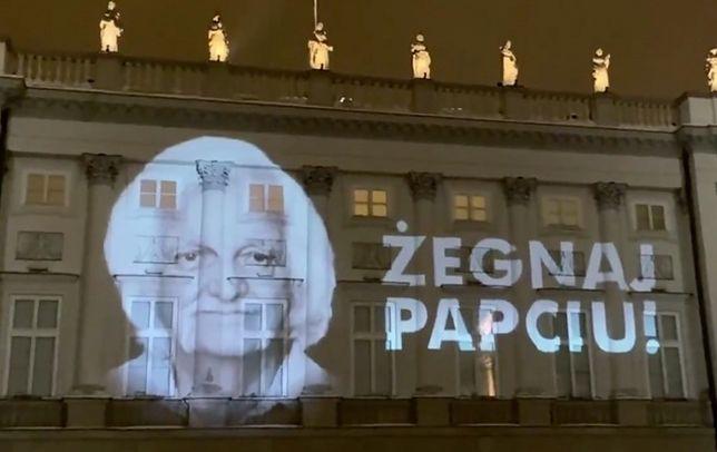 Warszawa. Pożegnalna iluminacja na Pałacu Prezydenckim. Andrzej Duda przyznał artyście pośmiertnie Order Orła Białego