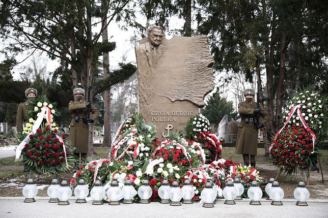 Warszawa. Uroczystość złożenia kwiatów na grobie Jana Olszewskiego na Cmentarzu Powązkowskim