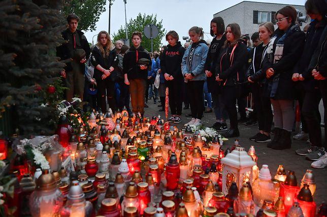 Warszawa Wawer. Uczniowie pod Szkołą Podstawową nr 195 uczcili pamięć swojego kolegi