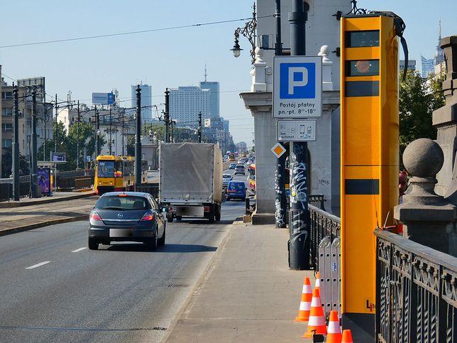 Warszawa. Most Poniatowskiego. Fotoradar postawiony w kierunku do centrum tuż przed zjazdem na Wisłostradę