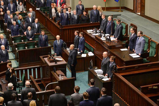 Sejm. Prezesa PiS nie ma na sali plenarnej, gdy posłowie oddawali hołd Pawłowi Adamowiczowi