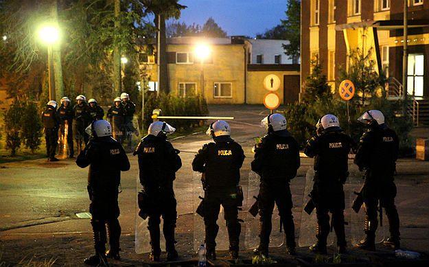 Policjanci w pobliżu komisariatu w Knurowie