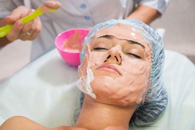 """Jednym z popularniejszych typów zabiegów pielęgnacyjnych na twarz jest """"ogień i lód"""", który polega na nałożeniu dwóch maseczek o różnym działaniu."""