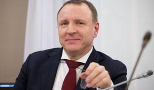 """Jacek Kurski pisze o """"pojedynku filmów o pedofilii"""". Oburzenie w sieci"""