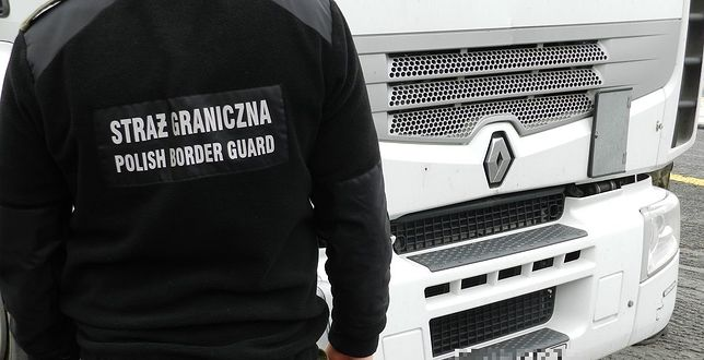 Nielegalni imigranci wdarli się do polskiej ciężarówki. Trzech mężczyzn zatrzymano
