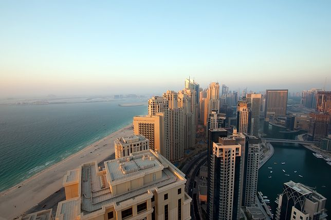 Dubajskie plaże przekonują, że to miasto nie tylko imponującymi drapaczami chmur stoi
