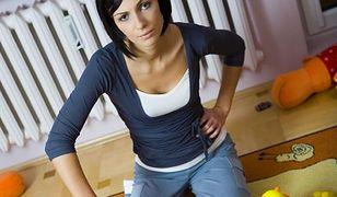 Matka sprząta bałagan w pokoju dziecięcym