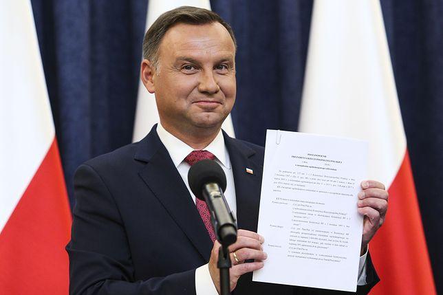 Prezydent Andrzej Duda prezentuje postanowienie o zarządzeniu referendum, które złoży w piątek w Senacie