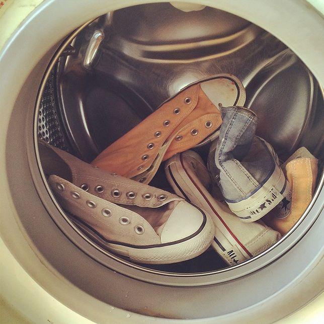 Poradnik: Jak prać buty w pralce?