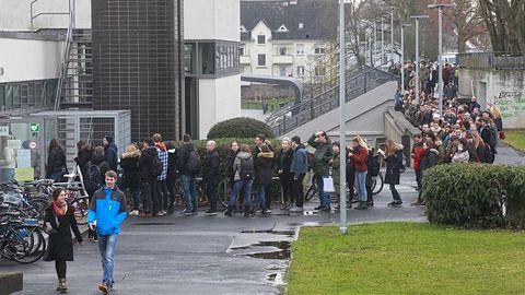 Kolejki jak za komuny —a to tylko niemieccy studenci resetują hasła