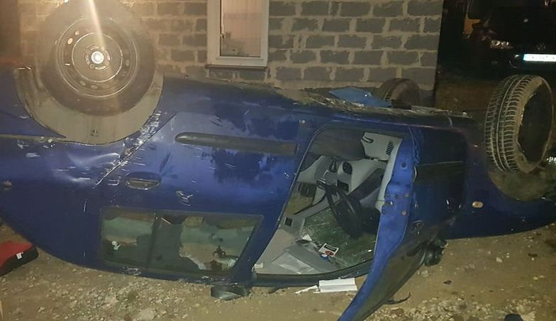 Kierowca dachował pod wpływem alkoholu. W aucie wiózł trzy córki