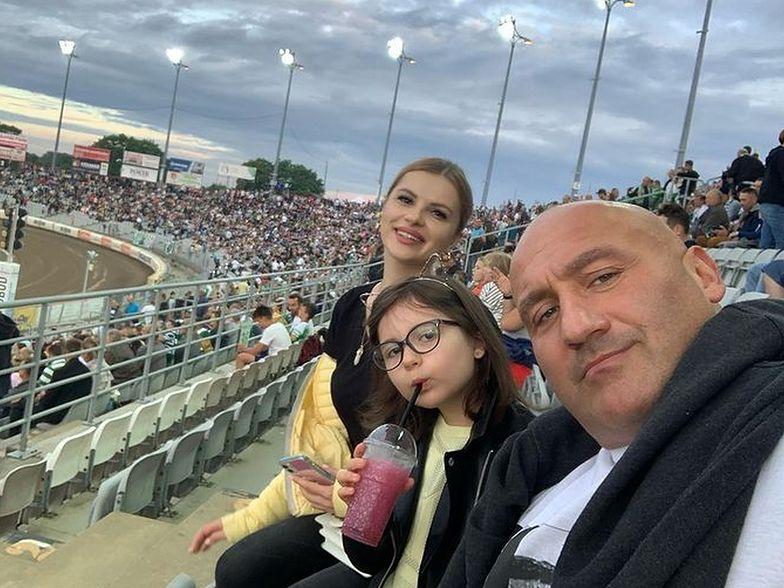 """Marcin Najman z żoną i córką. Rodzinny wypad na stadion """"El Testosterona"""""""