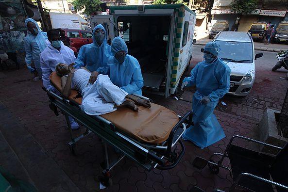 Pacjenci dzielą łóżka, szpitale nie dają rady