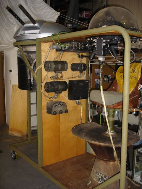 Wystawa pokazująca w uproszczeniu połączenie stanowiska strzelca pokładowego i wieżyczki z uzbrojeniem w B-29. Stockton Field Aviation Museum.