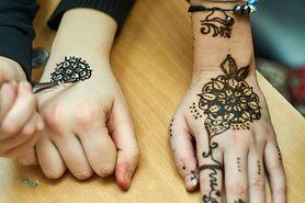 Zrobiła dziecku tatuaż z henny bez zgody rodziców. Są wściekli